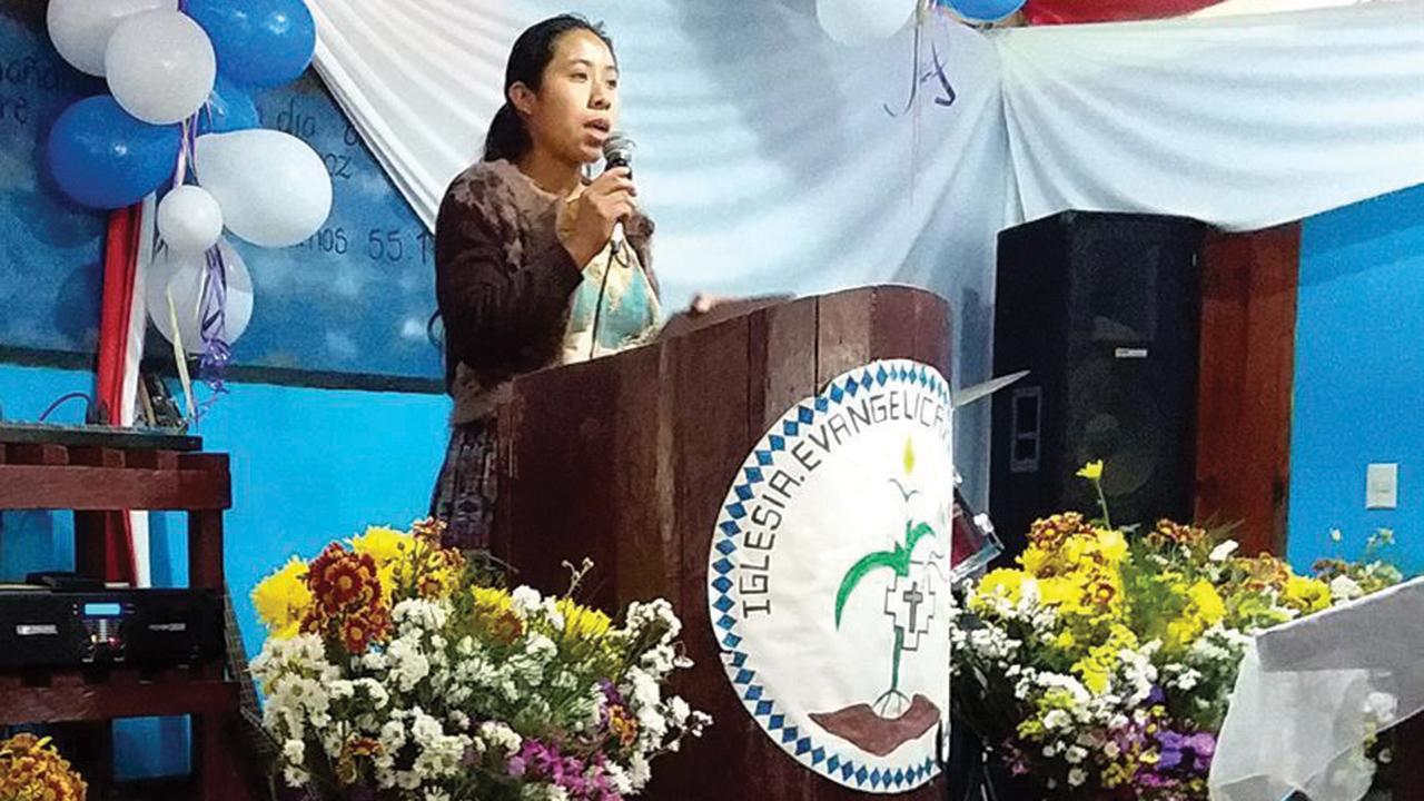 Rumualda Sacul, a women's ministry leader in the Kekchi Mennonite Church in Guatemala, teaches a Bible study at a regional women's meeting. — Deb Byler/MMN