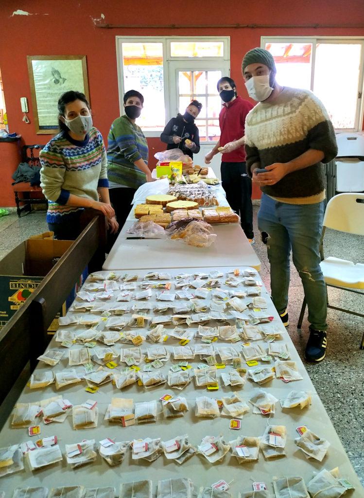 Colaboradores del merendero de IAMBA organizan las donaciones y preparan la comida.