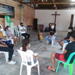 El pastor Juan Carlos Moreno compartiendo con algunos adolescentes de la sede de Rumococha. Foto tomada por: Grecia Meléndez.