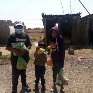 """Angelito (centro) y sus hermanos. Han recibido despensa inmunitaria de parte de la iglesia anabautista """"Centro Cristiano para el Desarrollo Comunitario"""", San Bartolo Tlaltelulco, Metepec, México."""