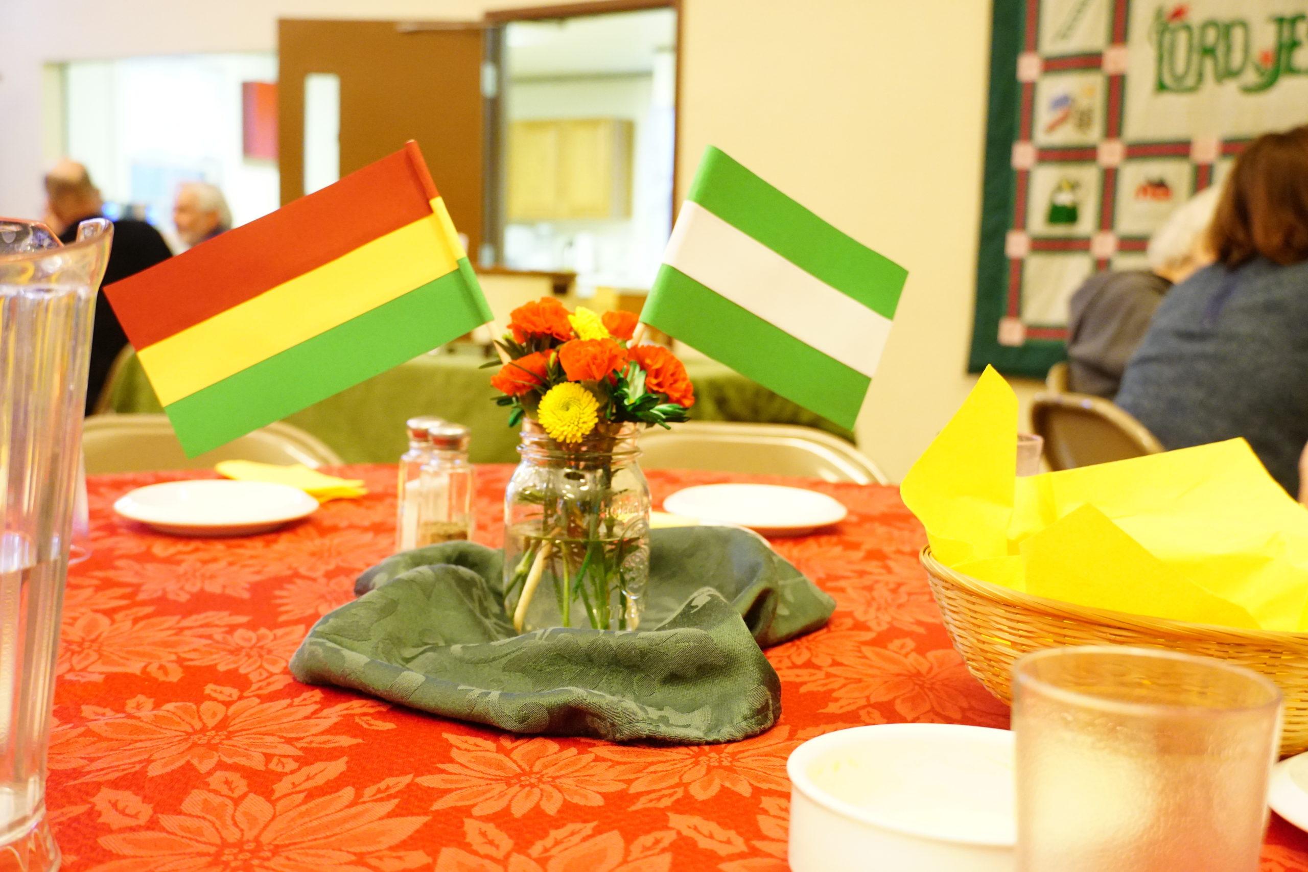 Banderas de Bolivia y Santa Cruz, Bolivia en Intercambio Cultural, Elkhart, Indiana, EEUU.