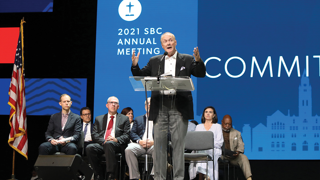 James Merritt, backed by members of the resolutions committee, addresses the Southern Baptist Convention annual meeting on June 15 in Nashville. — Kit Doyle/RNS